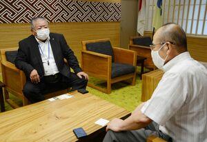 秀島敏行佐賀市長(右)と面会した佐賀県有明海漁協の西久保敏組合長=市役所