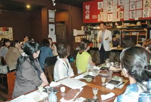 2014年の日本酒女子会で、日本酒と料理の組み合わせの説明に興味津々の参加者=佐賀市の旬の蔵パセリ