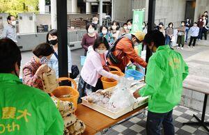 大勢の人でにぎわった県農業大学校の農産物直売会=佐賀市の県立博物館
