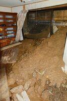 土砂が流入した大舟地区の民家。被災から1カ月ほどたっても、土砂は水分を含んだまま=11日、嬉野市嬉野町