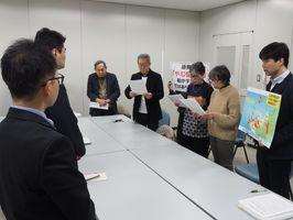 再質問書などを読み上げる市民団体のメンバー=佐賀県庁