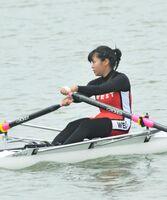 ボート女子シングルスカル決勝 力強い漕ぎを見せた唐津西の有尾由楽=唐津市の松浦川