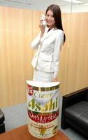九州限定販売の「クリアアサヒ 九州うまか仕込」をPRするアサヒビールイメージガールの東野佑美さん=佐賀新聞社