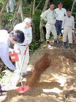 武雄市文化会館前の武雄鍋島庭園内で行われた大砲の発掘調査=平成15年5月10日