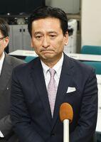 佐賀県内で新型コロナウイルス感染者が初確認され、対策本部会議後に記者の質問に答える山口祥義知事=13日午後9時、佐賀県庁