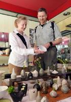 「土物がスキ」と語り、やきもん祭りを目当てに唐津を訪ねた外国人=唐津市呉服町