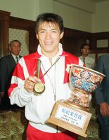 県民栄誉賞を贈られ、笑顔を見せるバルセロナ五輪柔道金メダリストの古賀稔彦選手=1992年8月18日、佐賀県庁