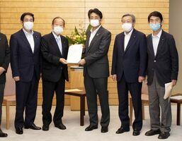 安倍首相(中央)に提言した自民党豪雨災害対策本部の今村氏(右端)ら=東京・永田町の首相官邸