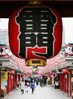人通りが少ない東京・浅草の仲見世通り。手前は雷門=5日午前