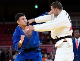 男子100キロ級準決勝 ジョージアのバルラム・リパルテリアニ(右)と対戦するウルフ・アロン=日本武道館