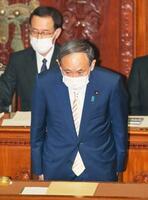 衆院本会議で内閣不信任決議案が否決され、一礼する菅首相=15日午後