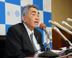 九州電力玄海原発3、4号機再稼働への同意を表明した岸本英雄玄海町長=玄海町役場