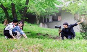 希望の場所にカメラマンが同行する出張撮影サービスの様子