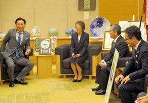 山口知事(左)に全国茶品評会での受賞を報告する吉牟田由紀子さん(左から2人目)や村上嬉野市長(右)=佐賀県庁