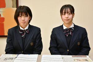 奨励賞に選ばれた小城高2年の田中莉加さん(右)と萩原希映さん=小城市の同校