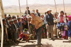 飢餓や貧困に苦しむ国や地域を訪れ、現地の子どもたちと触れ合う藤原紀香さん