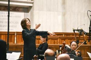 バチカンのサンピエトロ大聖堂で行われた音楽ミサで指揮をする西本智実さん=10日(共同)