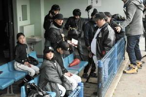 国見台野球場で行われた「伊万里のまり」のロケ。ベンチ後列が前田優夏さん、前列手前が松園みことさん=伊万里市