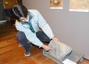 釉石を砕く踏み臼。くぼみは杵でついた跡=有田町泉山の町歴史民俗資料館東館