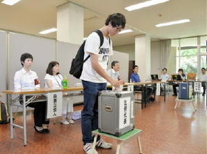 佐賀市選管が佐賀大に初めて設置した期日前投票所。利用者数は予想を上回った=5日、佐賀市の佐賀大本庄キャンパス