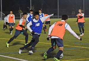 プレミアリーグ参入戦に向けて練習に励むサガン鳥栖U-18の選手たち=7日、佐賀市健康運動センター