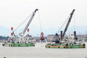 漁港付近に堆積した土砂をすくい上げる2隻のしゅんせつ船=12日、佐賀市川副町の戸ケ里漁港(大詫間側地区から撮影)