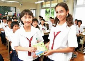 メッセージカードを受け取った馬場オリビアさん(右)=太良町の大浦中学校