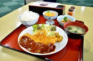 佐賀銀行本店では「九州食堂」の一環として、さくらポークやレンコン、ミカン、柿など、県産の食材をふんだんに使ったランチメニューを提供した=佐賀市