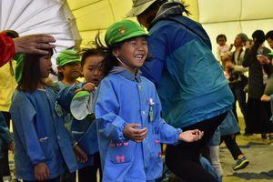 球皮内で風を感じる園児たち=佐賀市の嘉瀬川河川敷