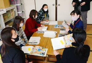 臨場感あふれる語りで音声を収録する読み聞かせのメンバーら=佐賀市の赤松小