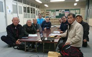 文集を作製した編集会のメンバー=唐津市相知町の佐里地区公民館(提供写真)