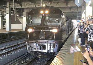 JR博多駅を出発する豪華寝台列車「ななつ星in九州」=15日午前