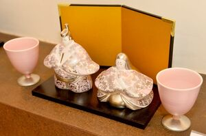 八重桜とソメイヨシノをイメージした「ジャパンチェリー雛人形」。淡い色彩でモダンに仕上げられている=有田町上幸平のアリタポーセリンラボ旗艦店