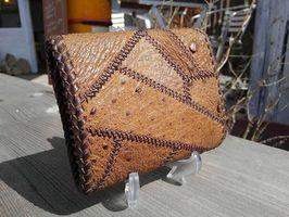 出展される「銀職庵水主」(長崎県大村市)の革細工製品