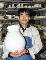 30代で白磁のつぼや花器で日展や県展に入選。今後は「三川内の細工に挑戦したい」と話す