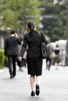 6月、企業の採用面接に向かう大学生=東京・丸の内