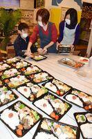 休校中の子どものためにさまざまな人が食材を提供した弁当=伊万里市の伊萬里まちなか一番館