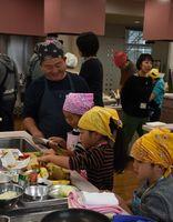 料理教室で、包丁を使って調理する参加者=佐賀市天神のアバンセ