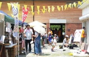 芸術ファンなどでにぎわう冨永ボンドさんのアトリエ。体験イベントもあり、子供連れで楽しんだ=多久市