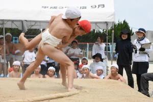 土俵際で力を振り絞る児童たち=唐津市浜玉町の平原小