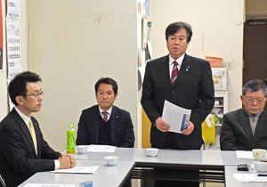 あいさつで地域政党などを説明する民進党佐賀県連の原口一博代表(右から2番目)=佐賀市