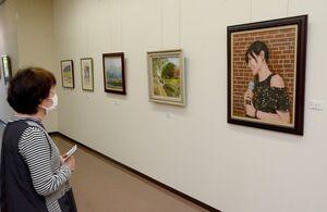 手前が森永雄二さんの油彩画「マイ・ウェイ」(F20号)=佐賀県立美術館