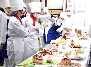 審査と結果発表後、互いの作品を見る学生たち=佐賀市の西九州大学佐賀調理製菓専門学校
