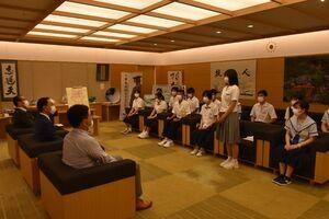 次世代リーダー養成塾の開講に合わせ抱負を語る高校生=佐賀市の佐賀県庁