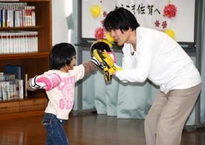 ボクシングセッションで児童のパンチを受け止める坂本さん(右)=佐賀市の佐賀清光園