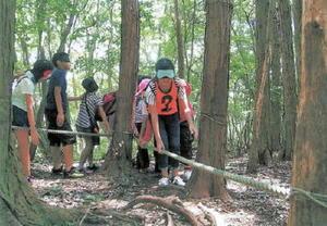 森の中のアトラクションに挑戦する子どもたち=武雄市(提供)