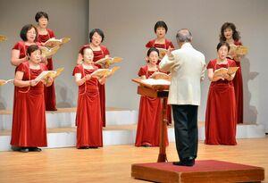 四季を描写した童謡や、合唱組曲などを披露した「佐賀県お母さんコーラス連盟合唱団」の演奏会=佐賀市の県立美術館ホール
