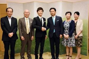 11月にアバンセで講演する南雲吉則氏(左から3人目)と山口祥義知事(右から3人目)=佐賀県庁
