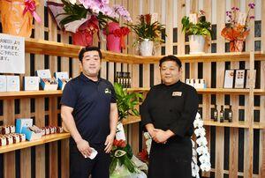レストラン部門代表の西川憲介さん(左)と、グループ代表で調理も担当する兄の進一さん=みやき町の「ハンバーグとプリンのお店 MOGUMOGUキッコリー」