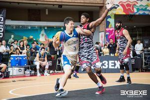 相手選手を激しくガードするカラツレオブラックスのジェイソン・カーター選手(右)=25日、JR長崎駅(提供)